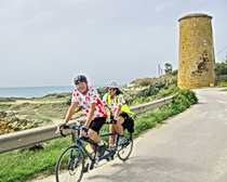 Happy tandem riders in Sicily with ExperiencePlus!