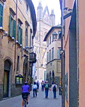 An ExperiencePlus! cyclist approaches the cathedral in Orvieto